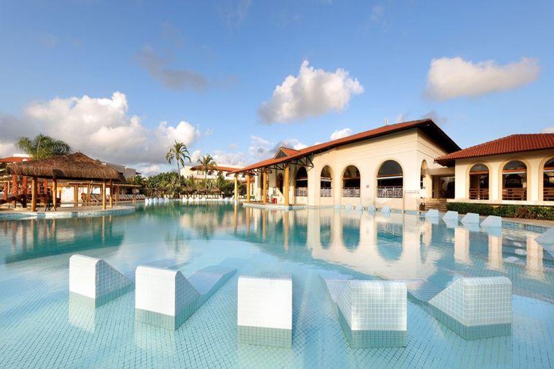 Espreguiçadeiras fixas na piscinas tudo pensando no melhor desfrute de suas férias