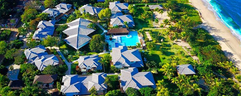 Vista aérea do campo Bahia em meio a natureza e em frente a praia