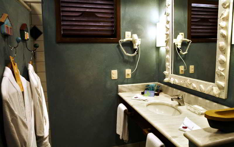 Banheiroda acomodação com secador e roupão posto