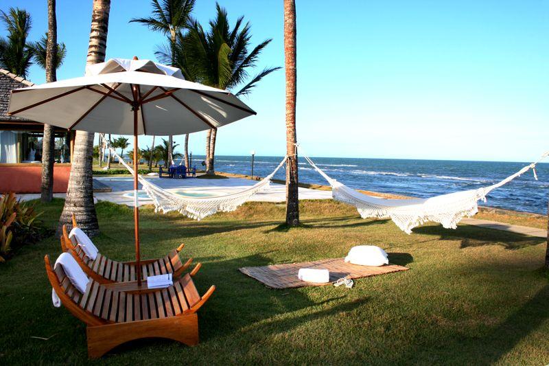 Cadeiras e espreguiçadeiras no jardim frente mar