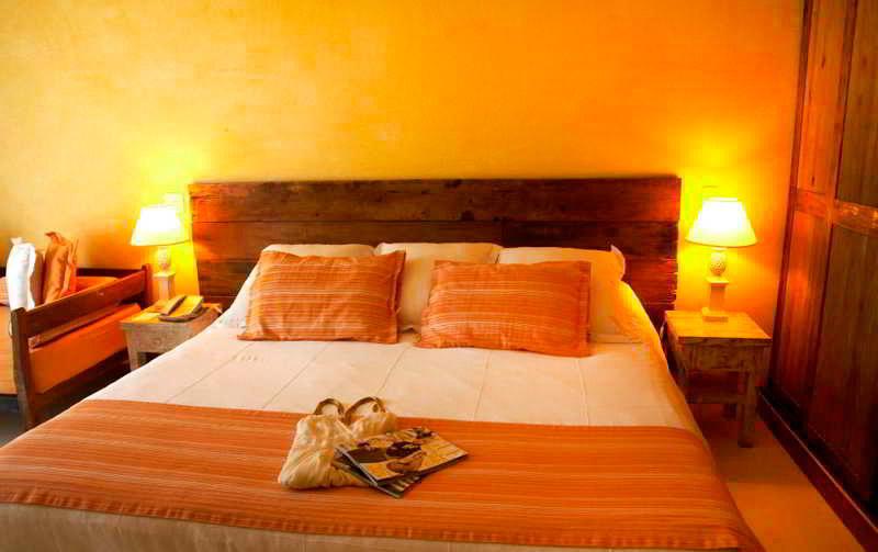 Detalhes da cama casal com colcha em amarelo