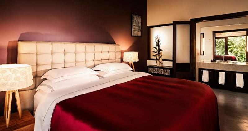 Campo bahia com detalhe da cama casal em vermelho