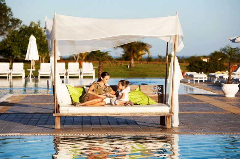 Descanso com tendas espalhadas pelo resort pensando na família