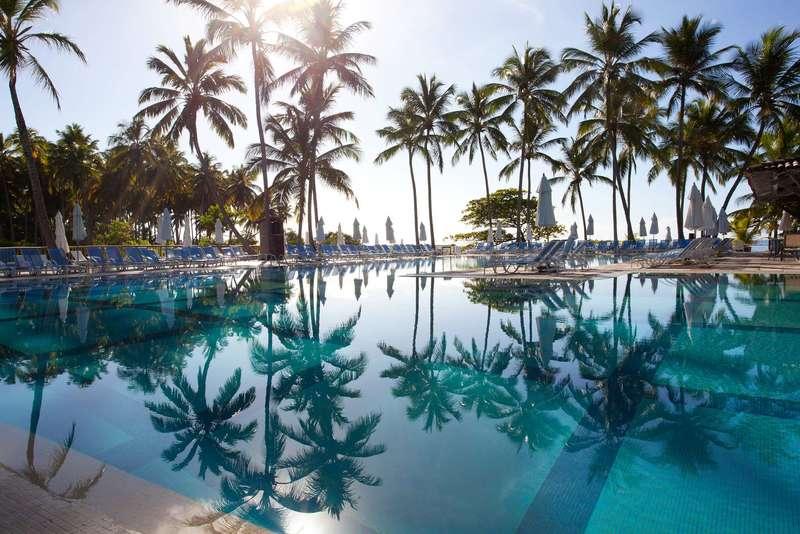 Piscina refletida na bela Club Med