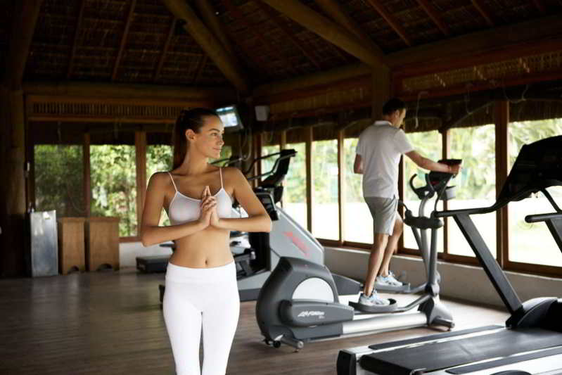 Academia ampla tanto para atividade de relaxamento quanto para atividades físicas