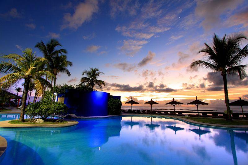 Resort ao amanhecer com detalhes da agua iluminada em tom azul