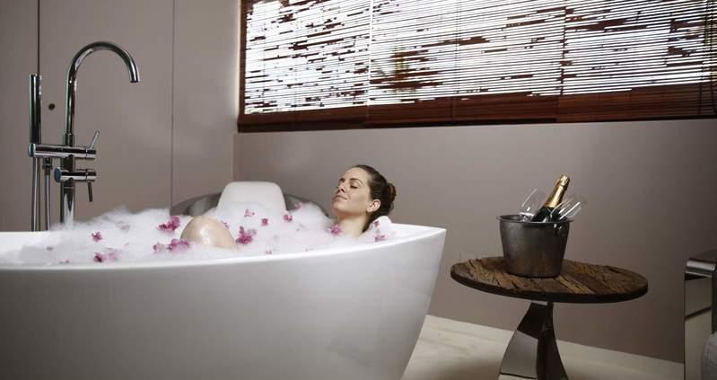 Spa relaxante na banheira com tratamento diversos