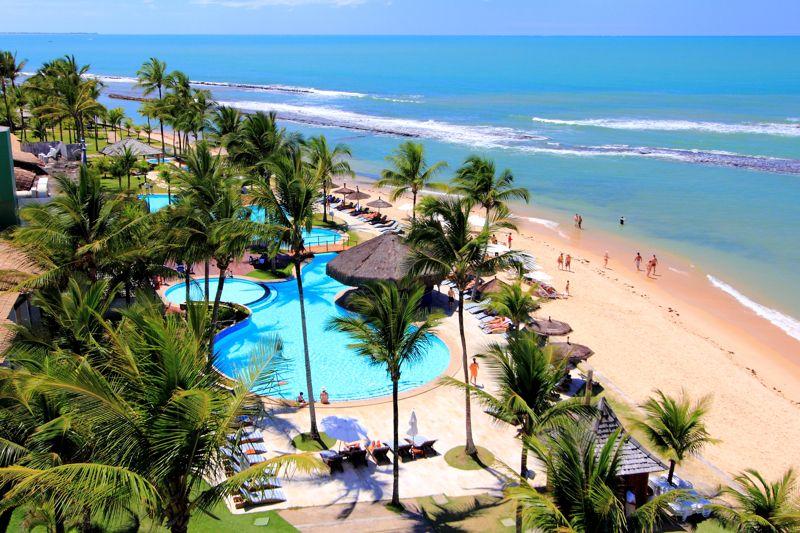 Vista aérea lateral do resort com detalhes da piscina frente mar