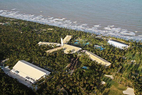 Aérea frente mar com estrutura resort