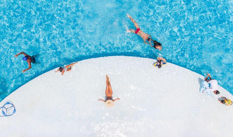 Aérea da piscina com pessoas tomando banho