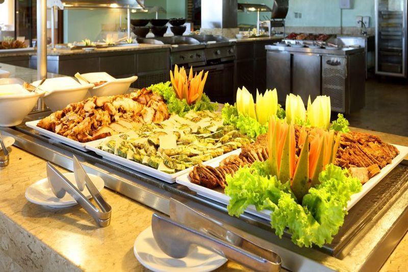 Alimentos diversos oferecidos no Buffet