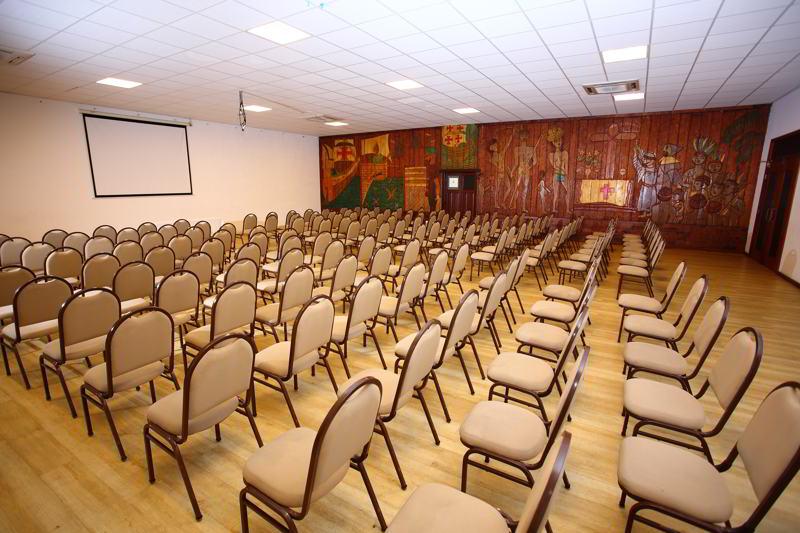 Ambientes criados para reuniões de pequenas e grandes empresas