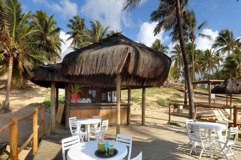 Atendimento com drinks nacionais e internacionais no deck praia