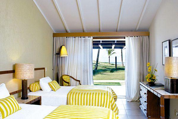 Bangalô Superior com detalhes das camas com televisão