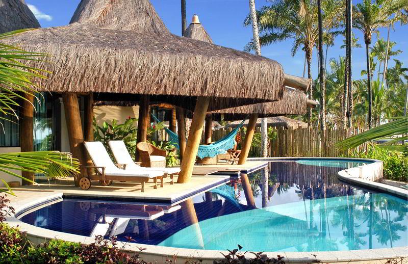 Bangalô Bali com detalhes da piscina e espreguiçadeiras