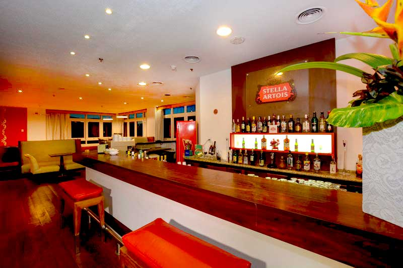 Bar Stella Artois onde são oferecidos os drinks com bebidas nacionais e importadas