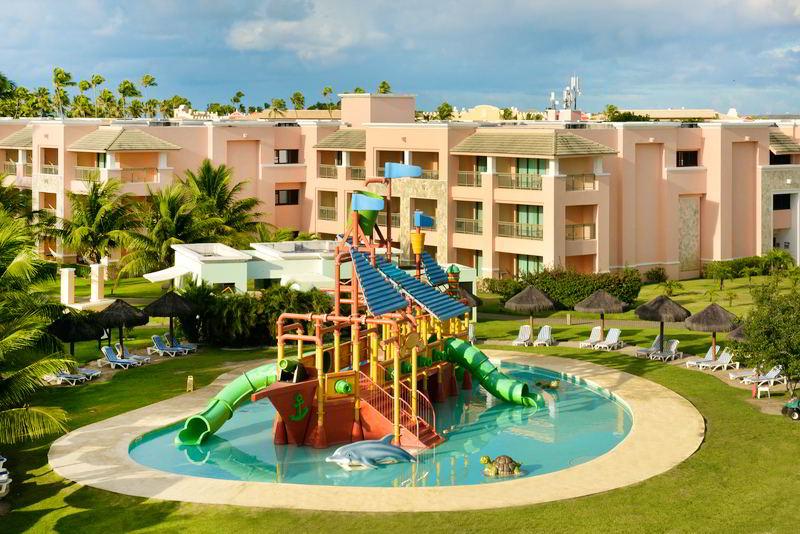 Brinquedos aquáticos com o playground para crianças na piscina rasa