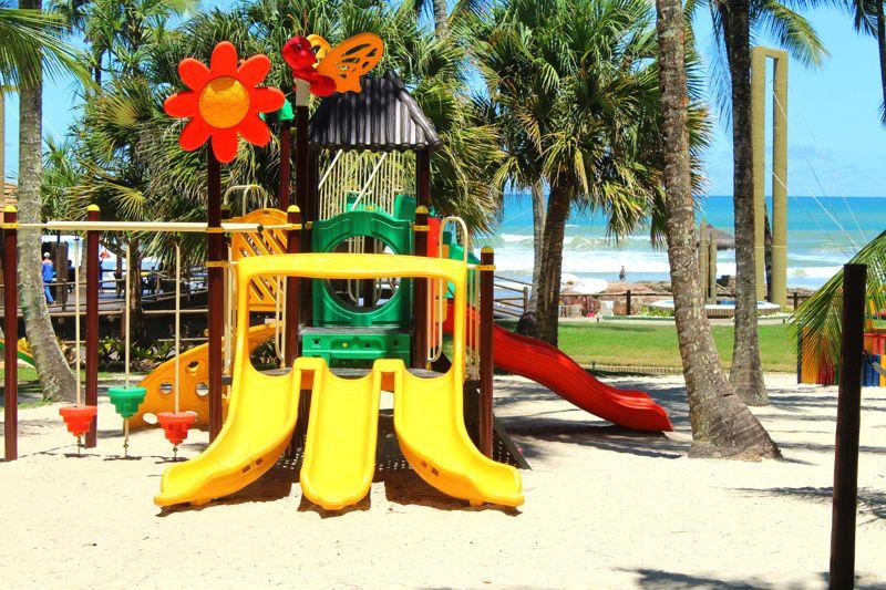 Brinquedos como o playground na areia para crianças