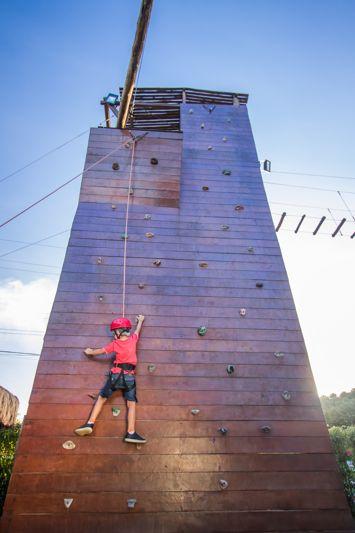 crianca-escalando