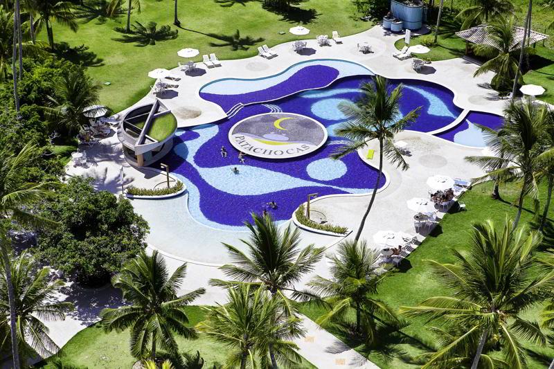 Aérea com detalhes da piscina do resort