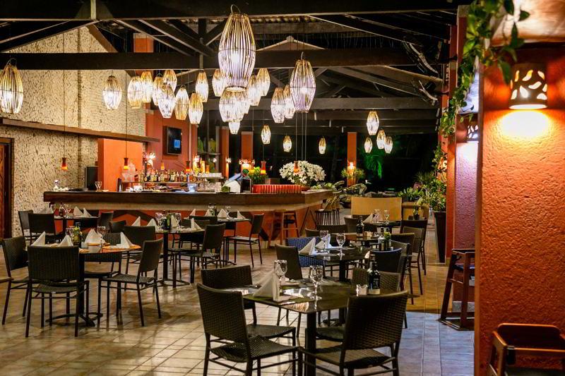 Detalhes do restaurante durante o periodo da noite trazendo um ambiente agradável e romântico