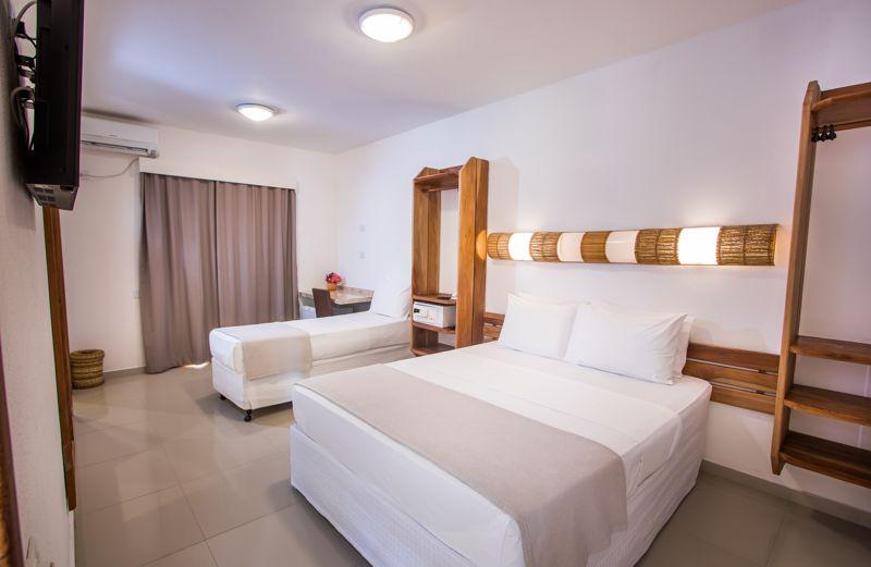 Frontal da acomodação com detalhes da cama casal e solteiro