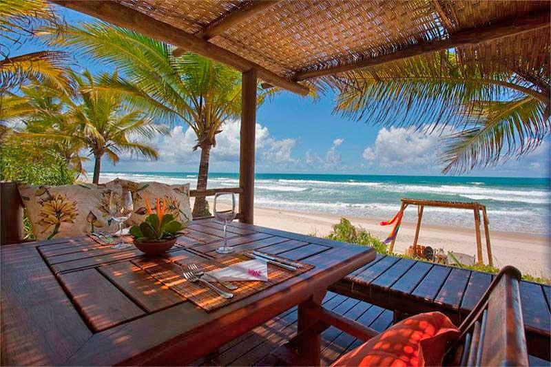 Gastronomia com vista para praia trazendo sombra