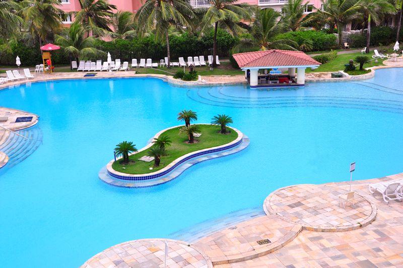 Vista aérea da piscina com detalhes da ilha central