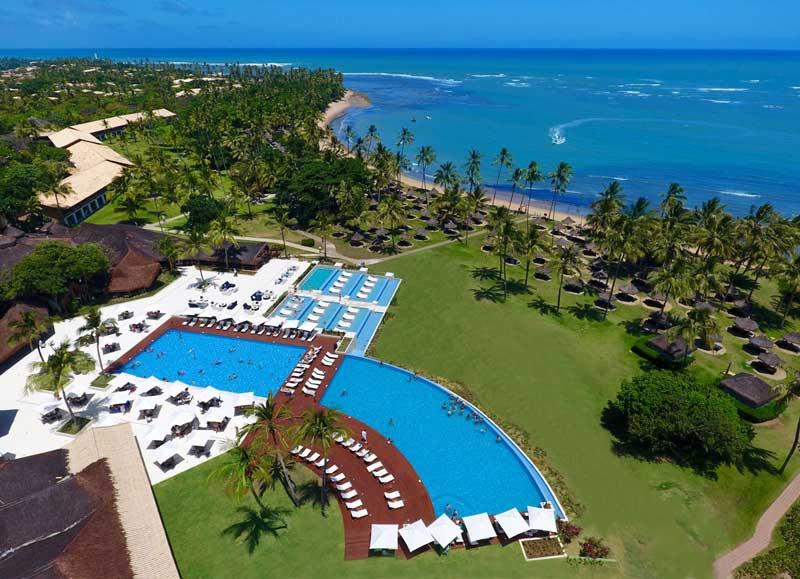 Vista aérea do resort Tivoli com detalhes na piscina