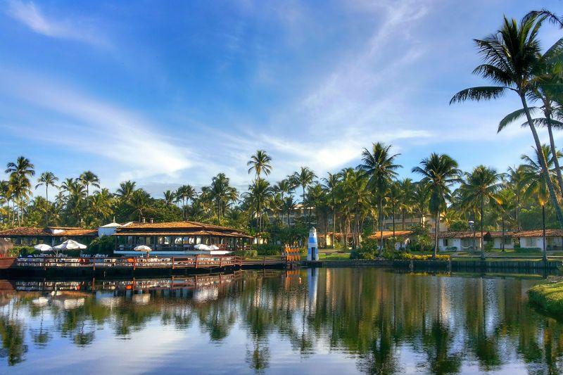 Vista panorâmica do resort com detalhes no lago em meio natureza