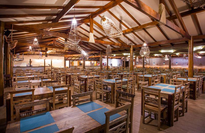 Mesas restaurante com detalhes em azul