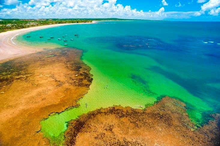 Natureza local conta com um mar belíssimo com variações de cores deslumbrantes