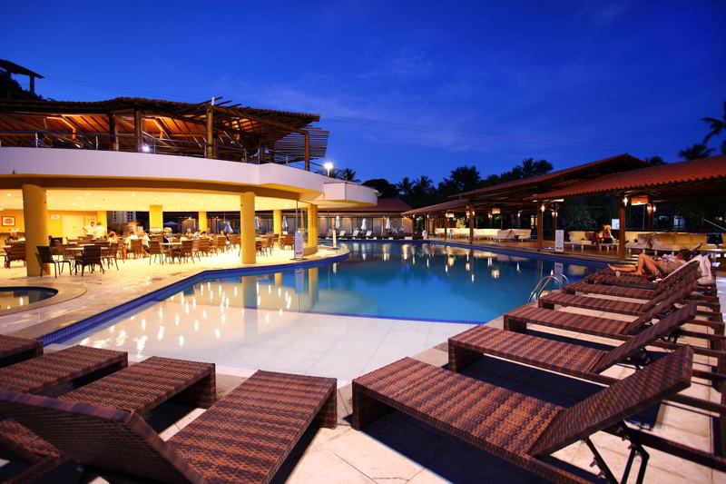 Noite na piscina com bar molhado em funcionamento
