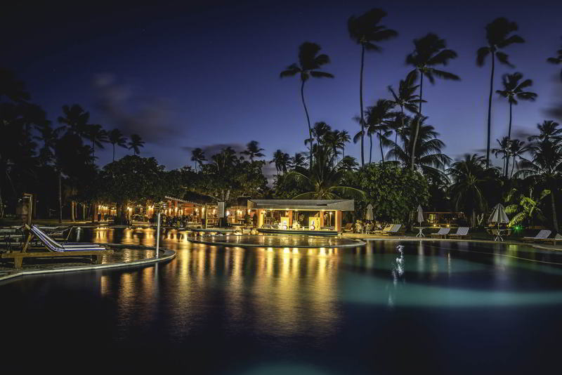 Noite charme com a fachada e vista do resort
