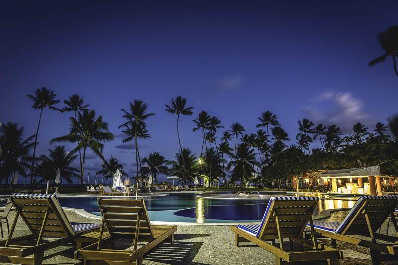 Noite iluminada na piscina