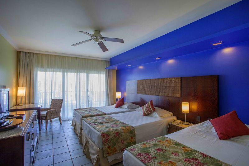 Quarto camas casal com detalhes azul