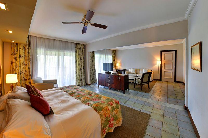 Vista geral do quarto com detalhes da cama casal com televisão