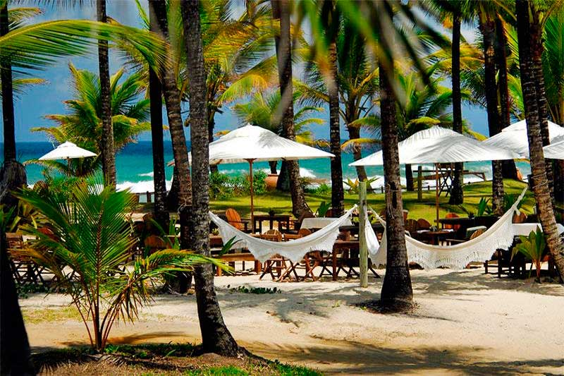 Redes de descanso espalhadas pelo resort