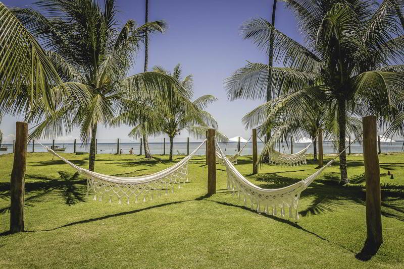redes de descanso postas em frente mar