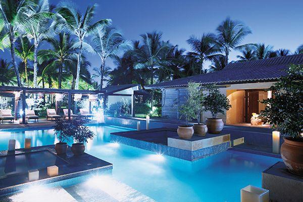 Spa durante a noite com detalhe da piscina principal