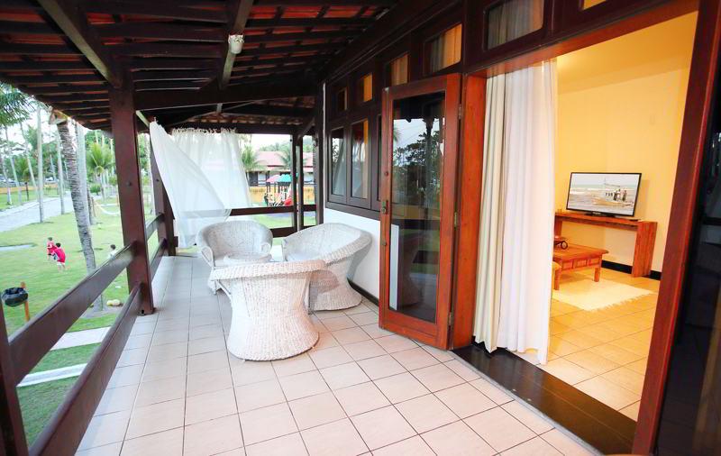 Varanda conta com espaço amplo pronto para relaxar