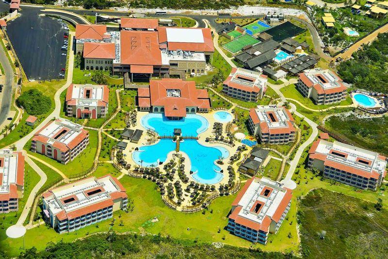 Vista aérea Grand Palladium pegando a piscina central com toda a estrutura