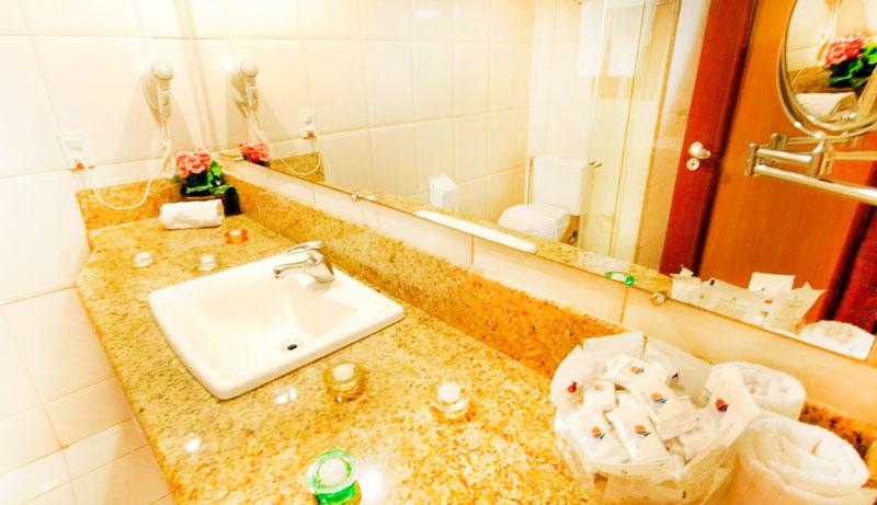 Banheiro com secador e amenities