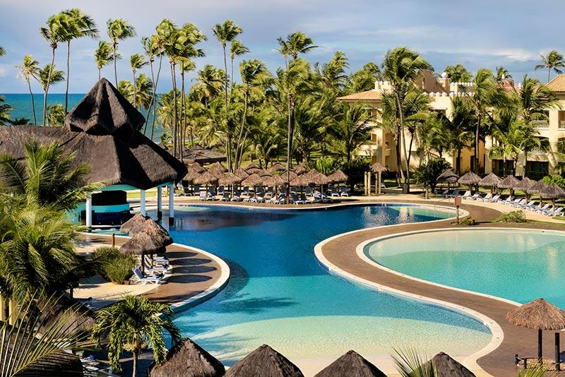 Panoramica das piscinas com grande bar molhado ao fundo