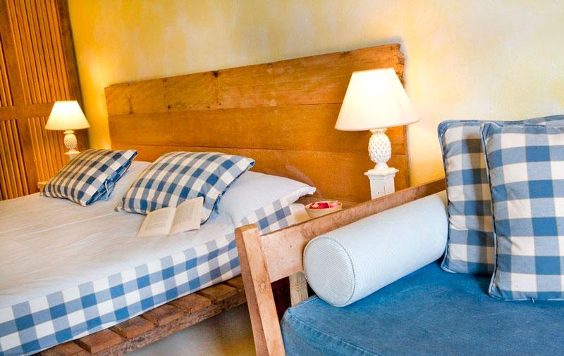 Quarto Superior Familiar com detalhes do sofá com cama casal
