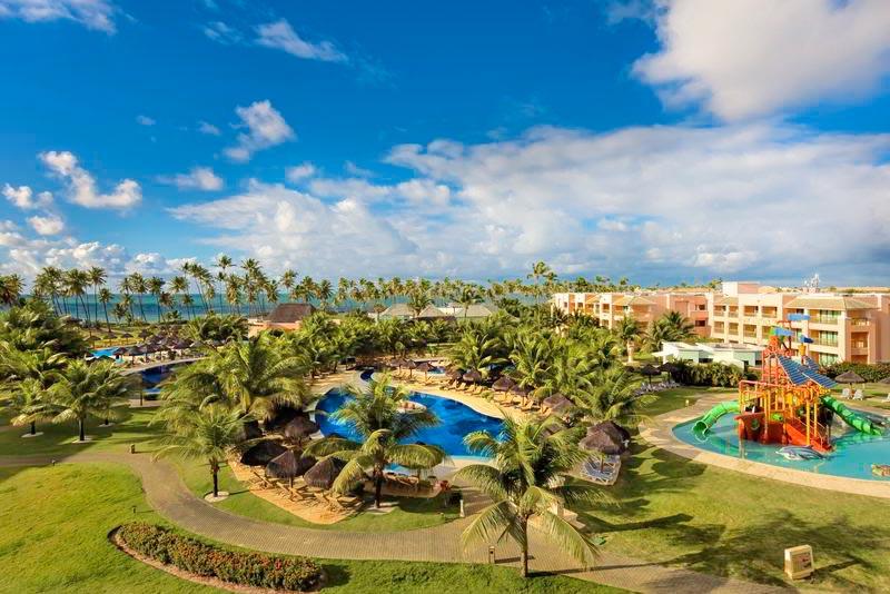 Vista aérea do resort com detalhe da fachada dos apartamentos com piscina principal